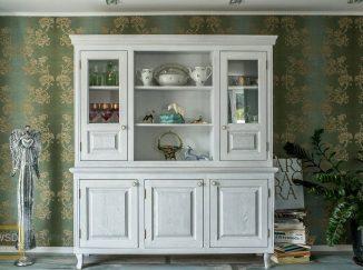 Biela drevená obývačková skrinka