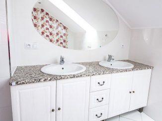 Biela drevená skrinka do kúpeľne
