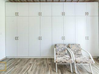 Biela šatníková skriňa otáčavé dvierka na celú stenu