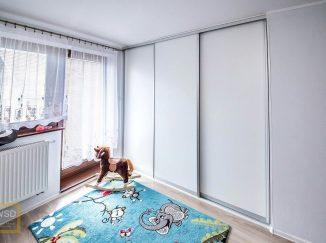 Biela vstavaná skriňa do detskej izby