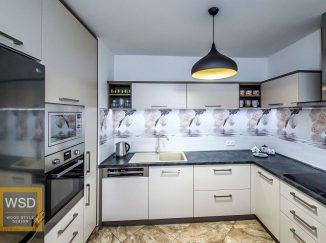 Bielo-sivá kuchyňa kvetové kachličky