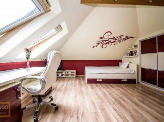 Červeno-biela podkrovná detská izba