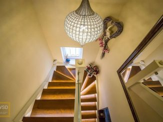 Drevené schody s podsvietením