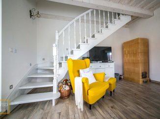 Interiér na mieru žlté kreslo biele schody