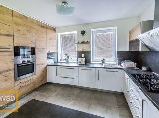 Moderná drevená kuchyňa s bielou