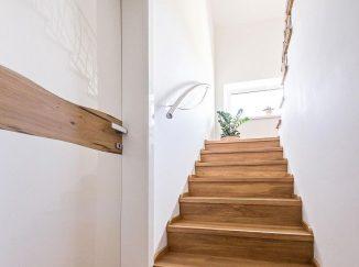 Moderné drevené schody a dvere