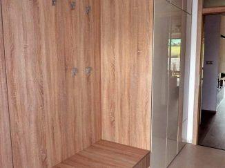 Predsieňová skrinka s vešiakmi drevodekor