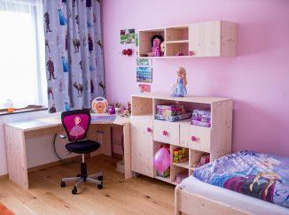 Ružová detská izba s drevom