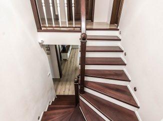 Tmavé drevené schody