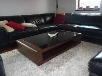 Tmavý drevený konferenčný stôl
