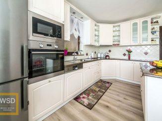 Vidiecka biela kuchyňa s ostrovčekom