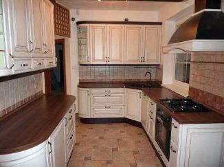 Vidiecka drevená biela kuchyňa