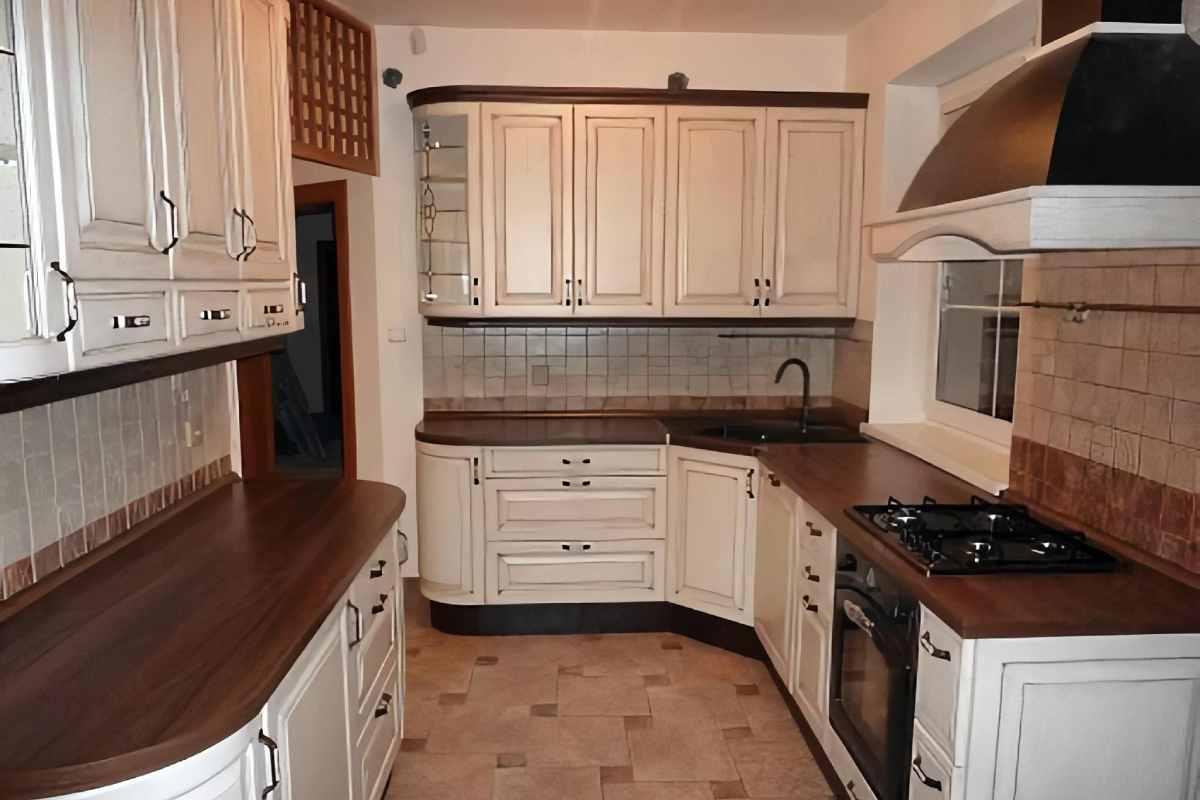 Vidiecka bielo-hnedá kuchyňa