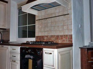 Bielo-hnedá vidiecka kuchyňa