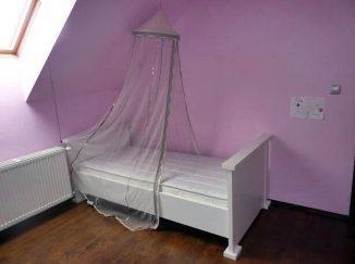 Biela posteľ s baldachýnom v detskej izbe