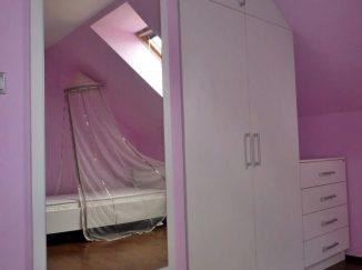 Ružová detská izba s bielym nábytkom