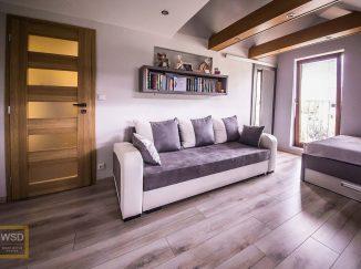 Sivá podkrovná detská izba s gaučom