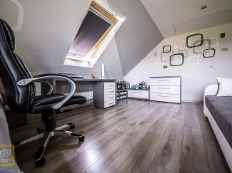 Sivá podkrovná detská izba