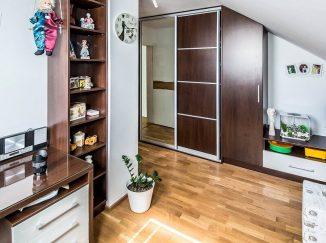 Biela podkrovná detská izba so vstavanou skriňou