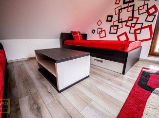 Červená posteľ v detskej izbe