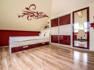 Červeno-biela detská izba so vstavanou skriňou