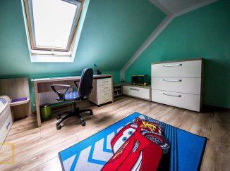 Chlapčenská detská izba s modrou stenou