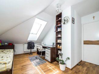 Biela podkrovná detská izba