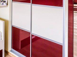 Červeno-biela vstavaná skriňa