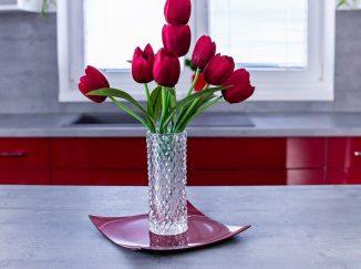 Červené tulipány v kuchyni