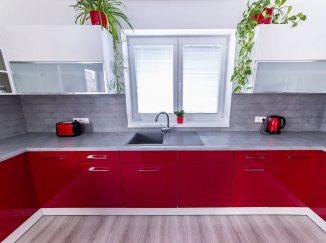 Lesklá červená kuchyňa s oknom