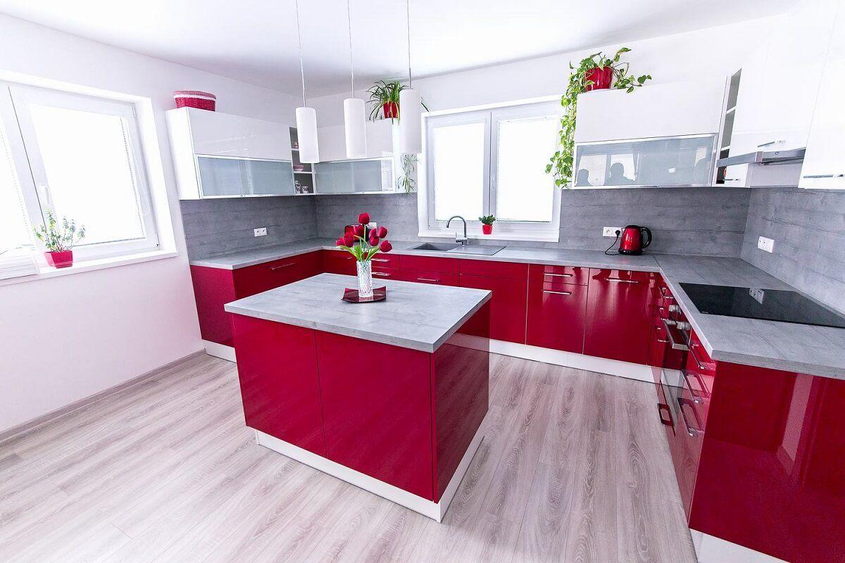 Lesklá červená kuchyňa s ostrovčekom