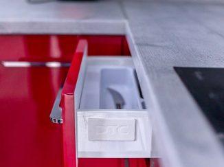 Otvorený šuplík v červenej kuchyni
