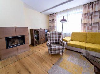 Interiér obývačky s dreveným nábytkom