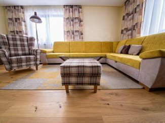 Obývačka so žltou sedačkou a kreslami