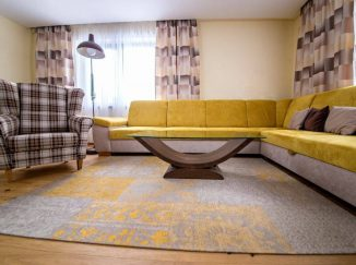 Obývačka so žltou sedačkou a dreveným stolom