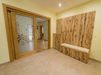 Predsieň s dreveným nábytkom