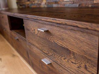 Detail drevenej skrinky pod televízor
