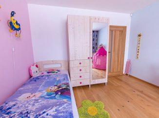 Ružová detská izba s dreveným nábytkom