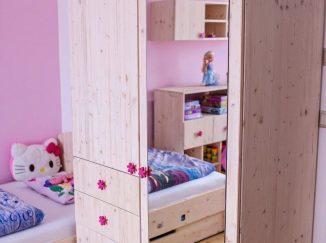 Drevená skriňa v detskej izbe