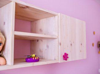 Drevená polička v detskej izbe