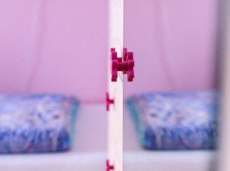 Detail detskej skrine s ružovou úchytkou