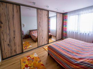 Drevená vstavaná skriňa v spálni