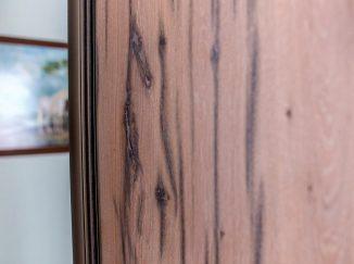 Detail dreva a zrkadla na vstavanej skrini