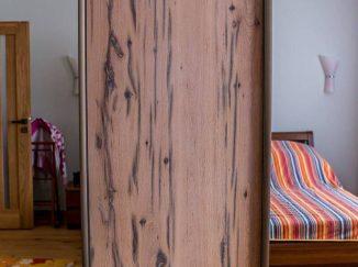 Drevená vstavaná skriňa v spálni so zrkadlom