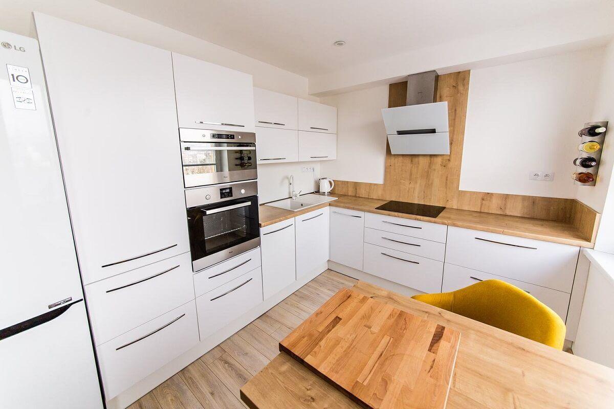 Biela kuchyňa s drevom
