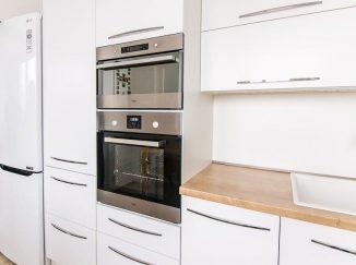 Biela moderná kuchyňa s drevom