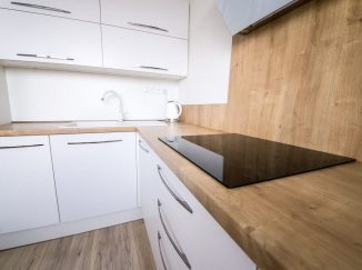Biela moderná kuchyňa s varnou doskou