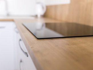 Detail varnej dosky v modernej kuchyni
