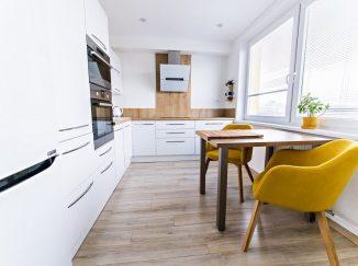 Biela moderná kuchyňa s drevom do L
