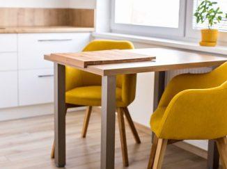 Žlté stoličky za dreveným stolom